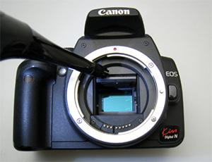バキュームでカメラの清掃