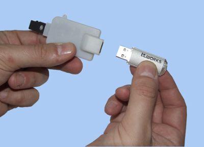モビダプターにUSBペンドライブを接続